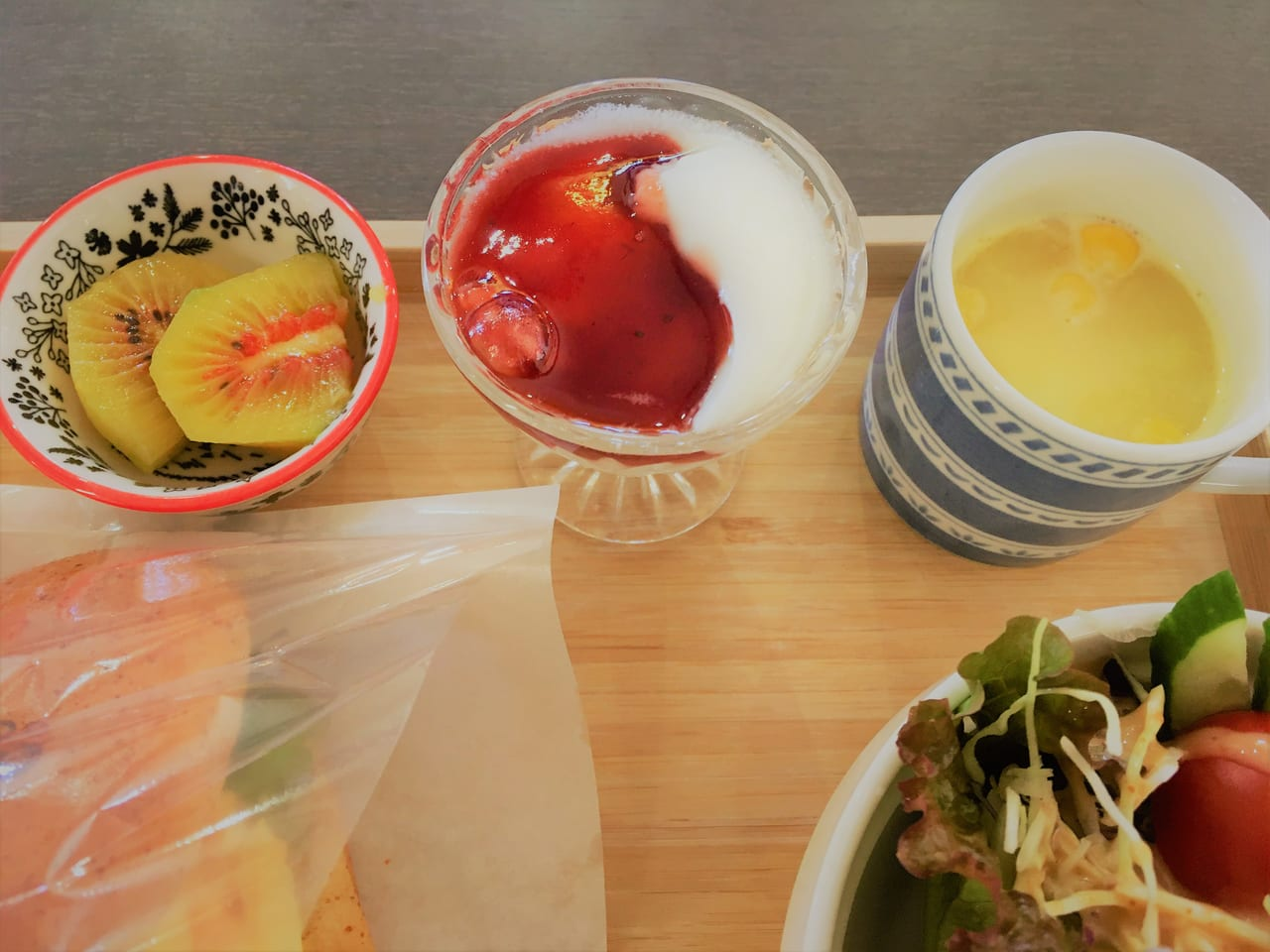 幸せ行きのカフェのスープ・ヨーグルト・キウイフルーツ