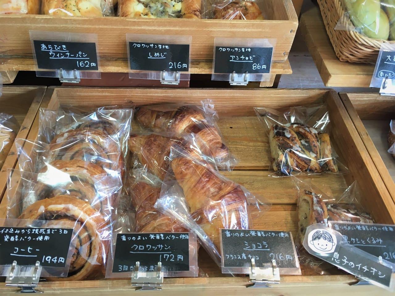 パン工房 MURAKAMI パンの陳列棚